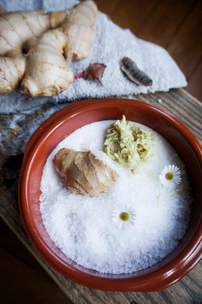 Согревающая ванна с имбирем и морской солью.