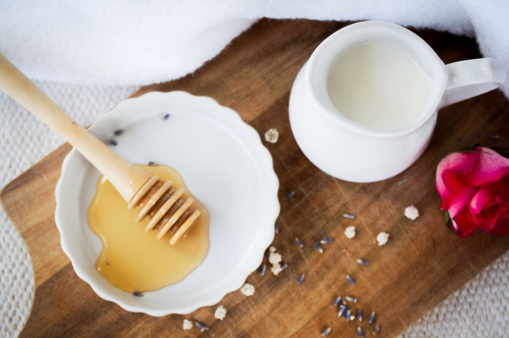 Подготовка к свиданию: расслабляющая ванна с молоком и медом.