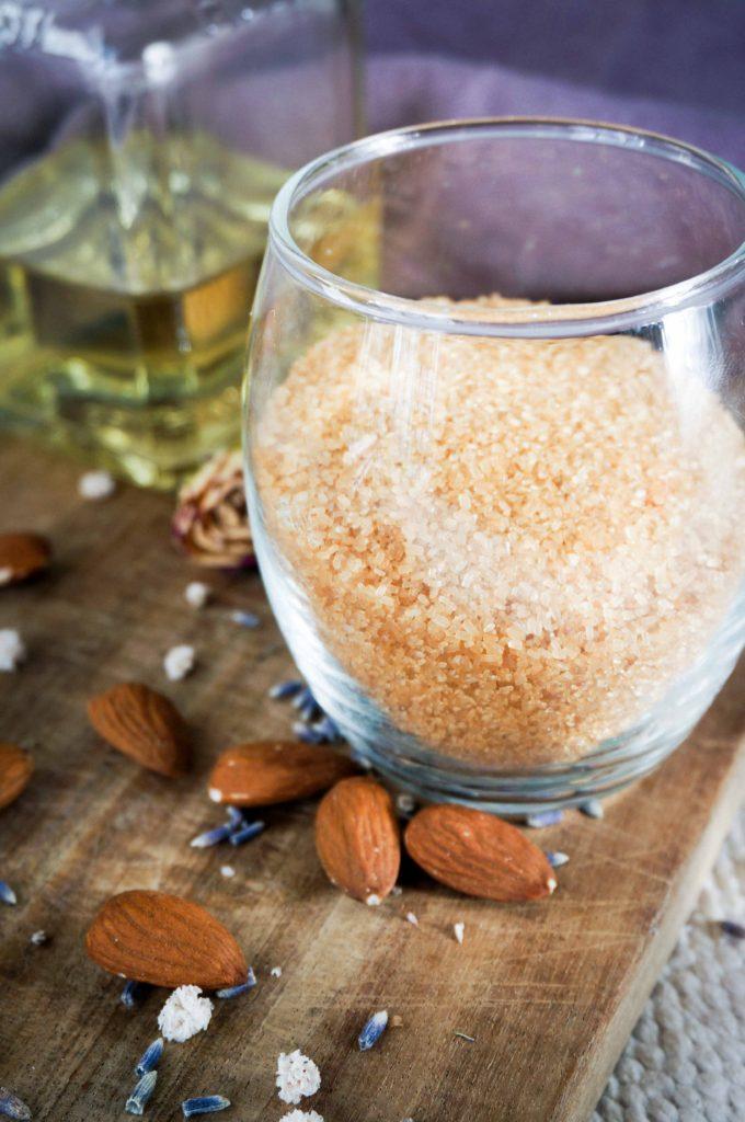 Подготовка к свиданию: скраб для кожи с тростниковым сахаром и маслом миндаля.