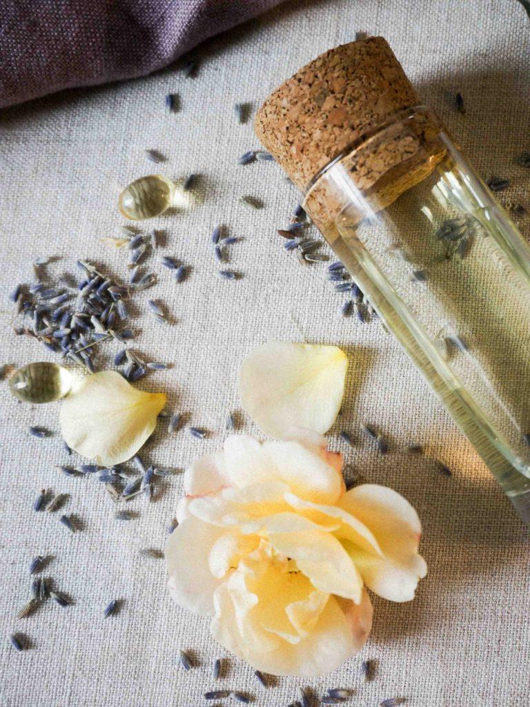 Домашние средства от морщин: масло для массажа с лавандой и розой.