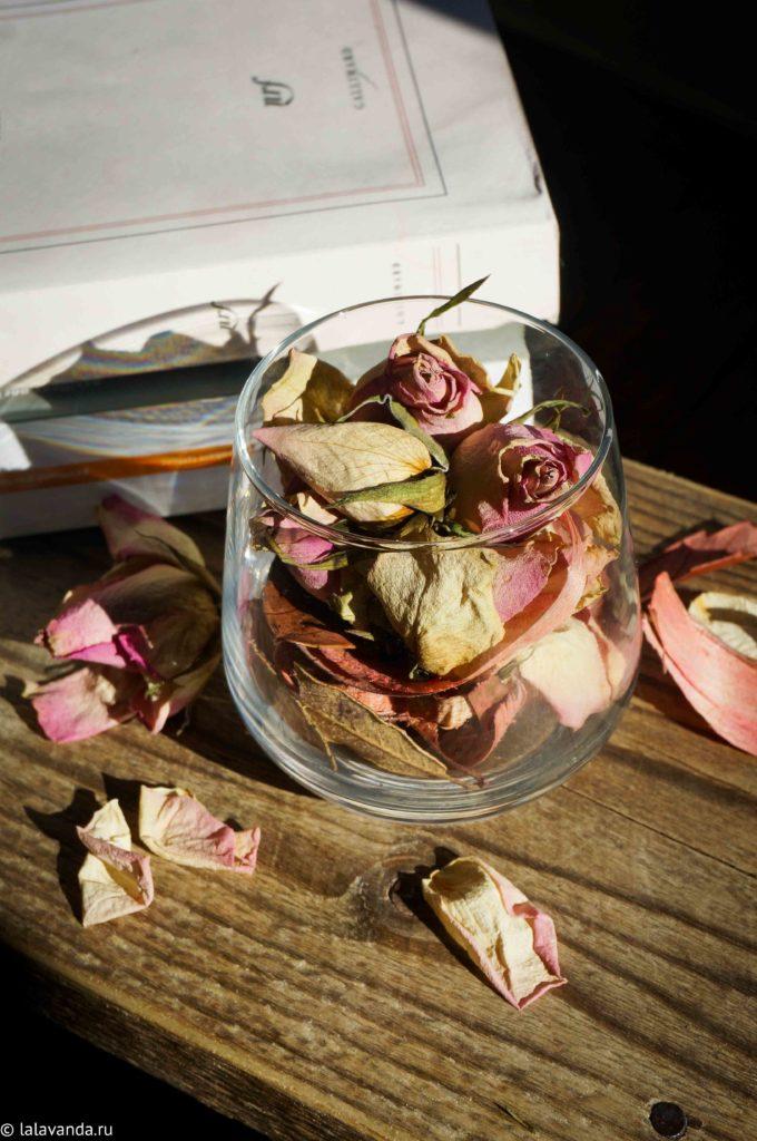 ароматизатор для дома руками: смесь из сухих бутонов роз с эфирными маслами розы, жасмина и пальмарозы